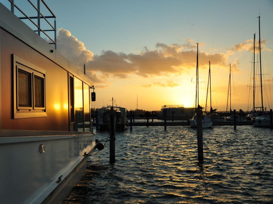 Unvergessliche Sonnenuntergänge vom Boot aus genießen!