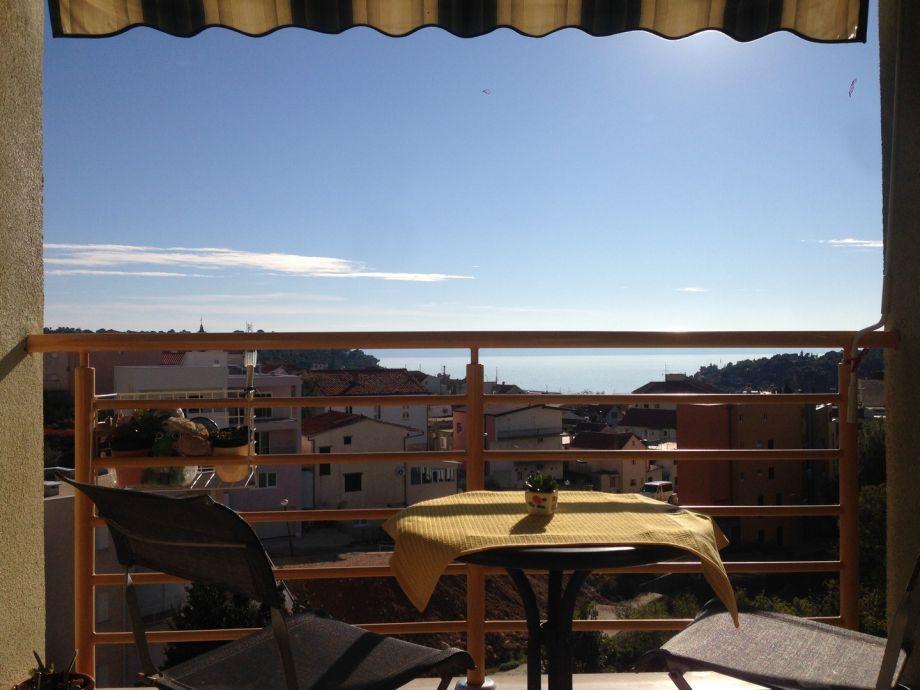 Balkon mit Meerblick und Stadt Makarska