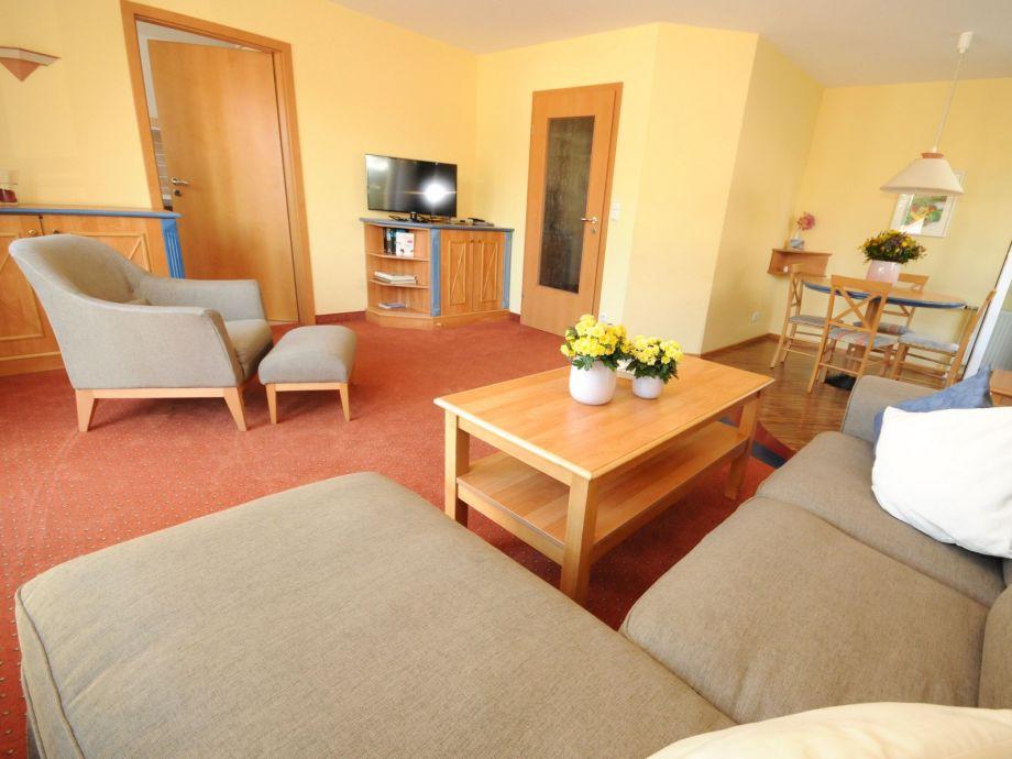 Das Wohnzimmer mit Esstisch und Flachbild TV