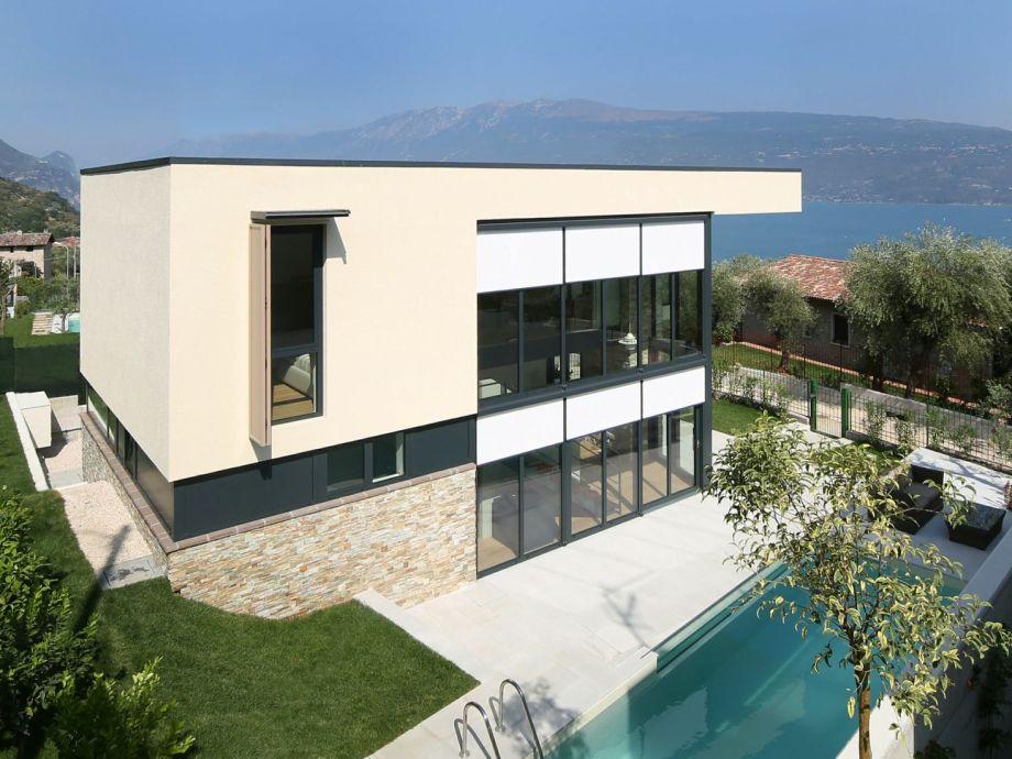 Gesamtansicht Villa Helga mit Pool und Seeblick