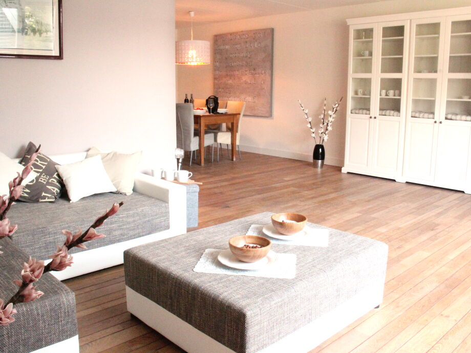 Der helle Wohnbereich mit gemütlichem Sofa