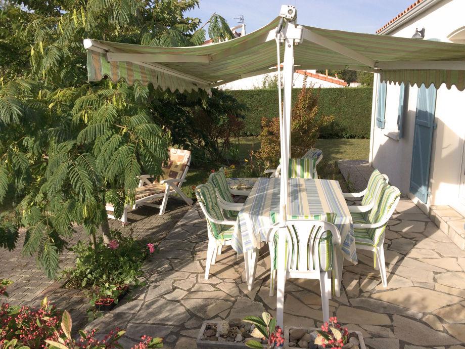 Haus 6 Terrasse mit Gartenmöbeln