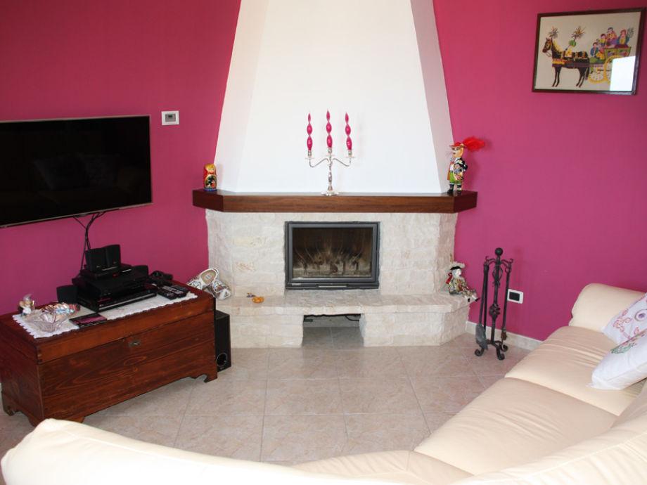 Wohnzimmer mit offenem Kamin, SAT-TV und WLAN