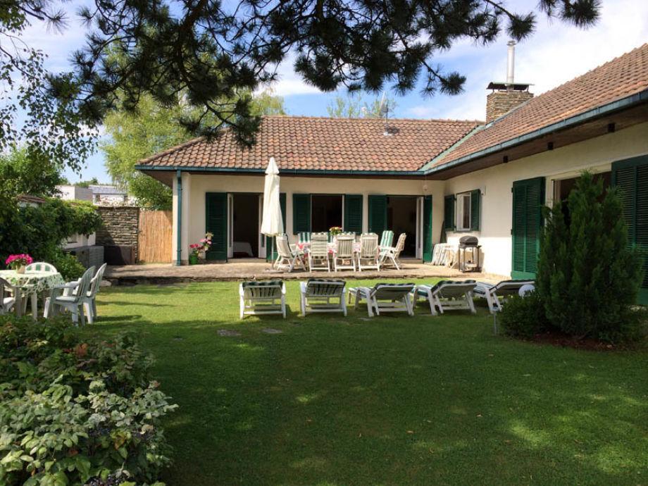 Blick auf Haus+Terasse und Liegewiese