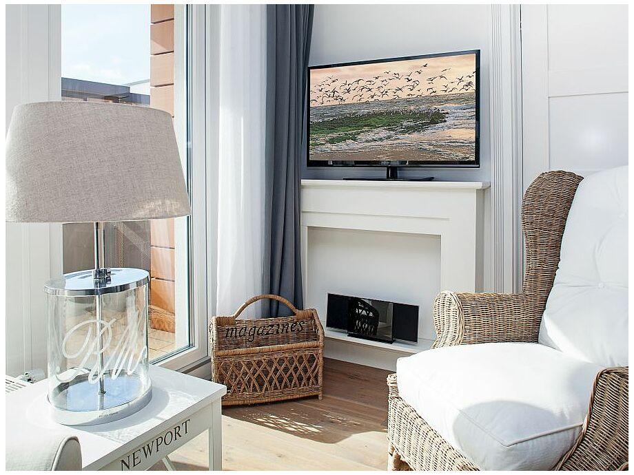 Wohnzimmer mit Fernseher und Musikanlage