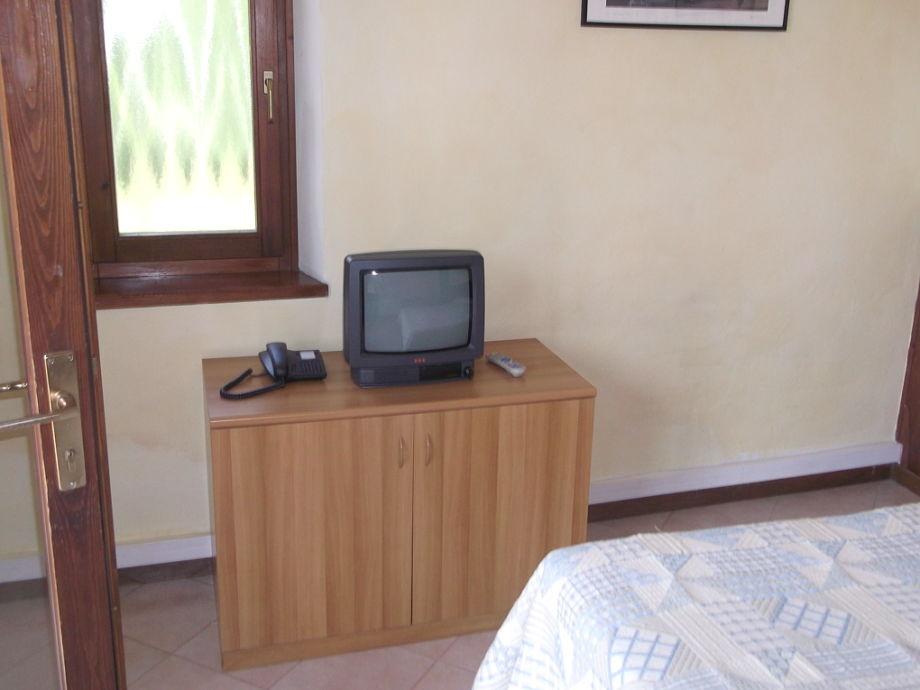 ferienwohnung villa girasole am see mit terrasse gardasee torri del benaco firma nascimbeni. Black Bedroom Furniture Sets. Home Design Ideas