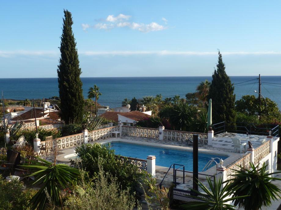 Blick von der Terrasse zum Pool und Garten