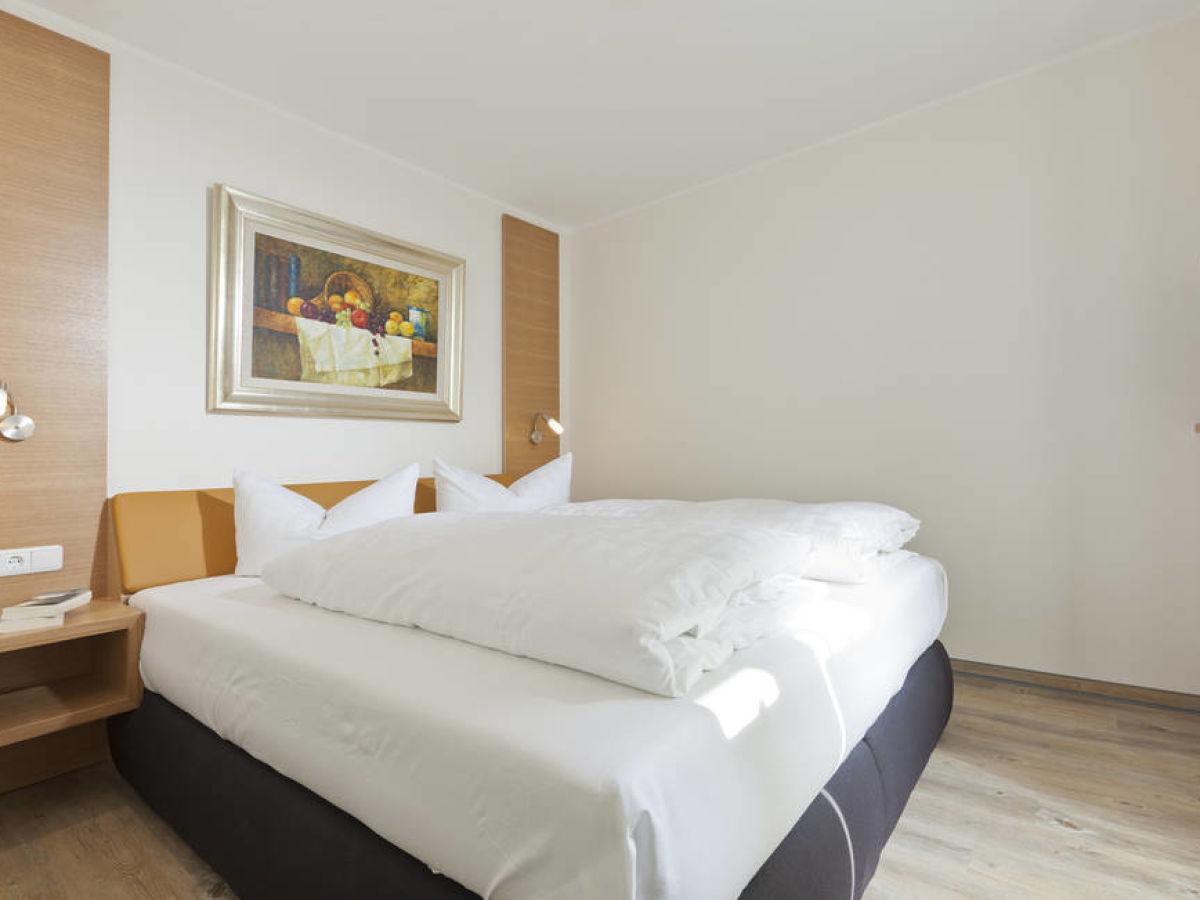 das schlafzimmer mit doppelbett und kleiderschrank schlafzimmer mit. Black Bedroom Furniture Sets. Home Design Ideas