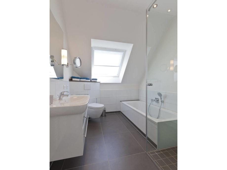 Ferienwohnung lara 3 ostfriesische inseln norderney - Badezimmer mit badewanne und dusche ...