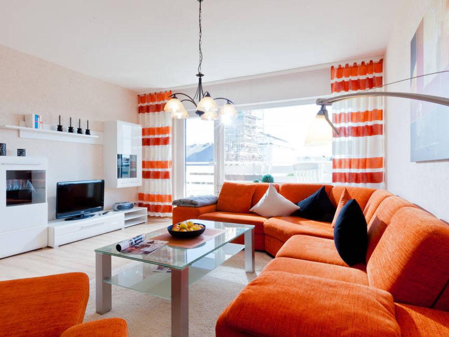Das Wohnzimmer ist hell und modern eingerichtet
