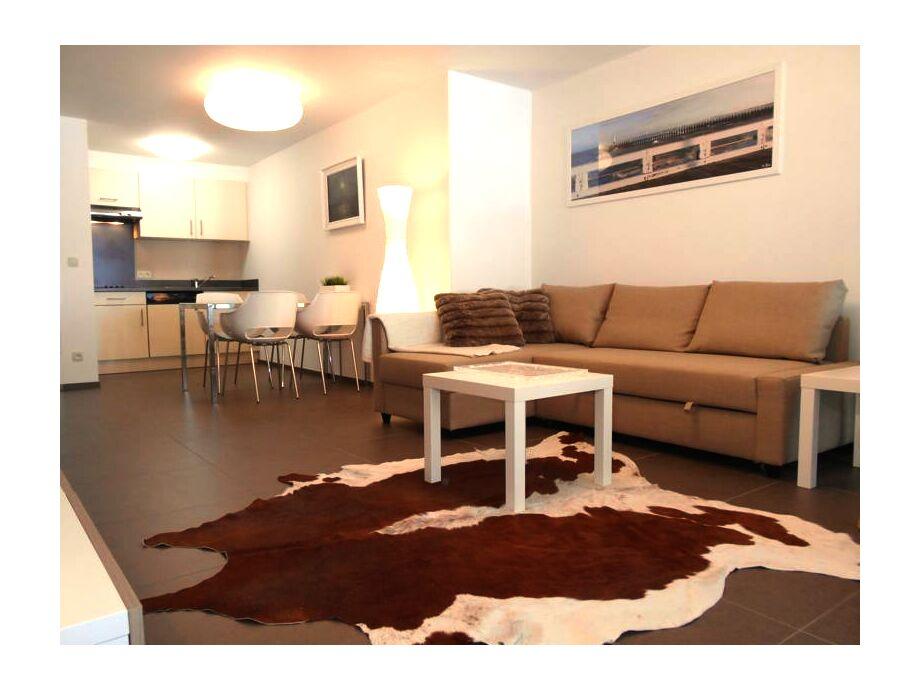 Der helle Wohn- / Essbereich mit Küchenzeile