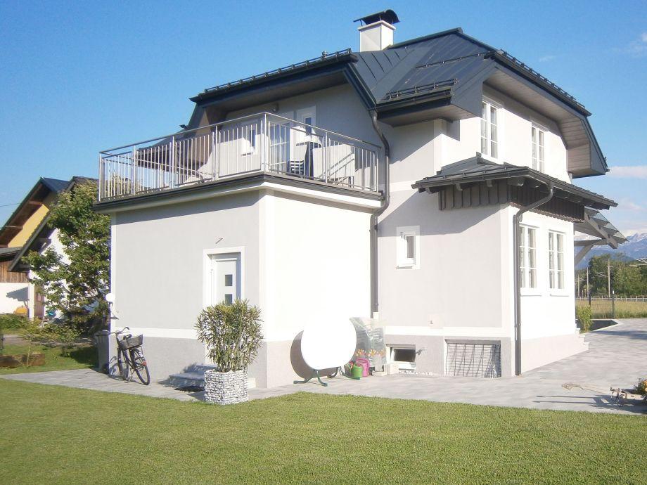 Rückseite mit Garten und Terrasse