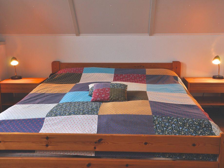 Erster Schlafraum mit großem Doppelbett und Platz