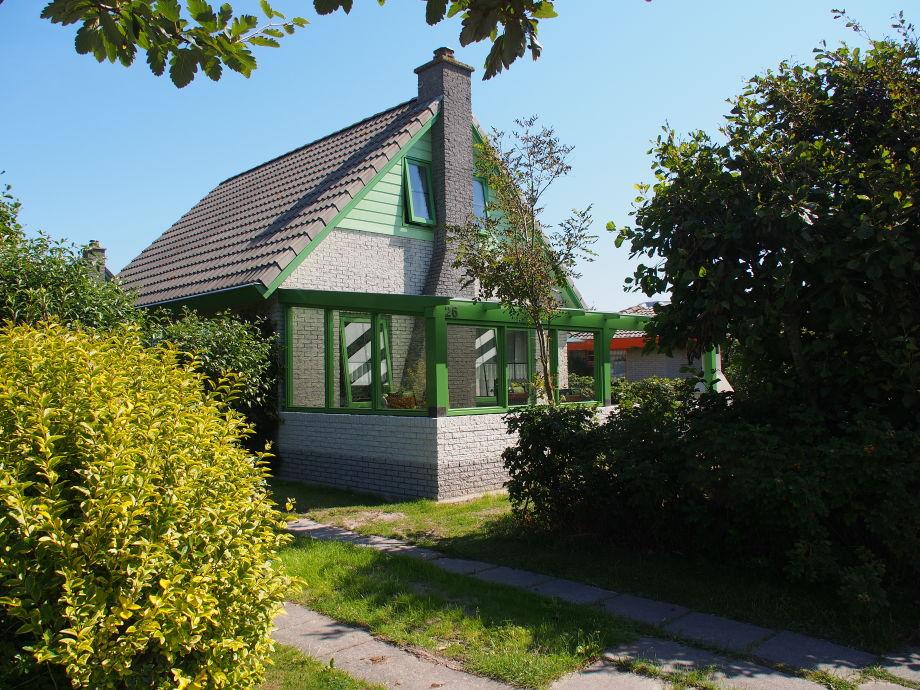 Überdachte Terrasse und PKW-Stellplatz