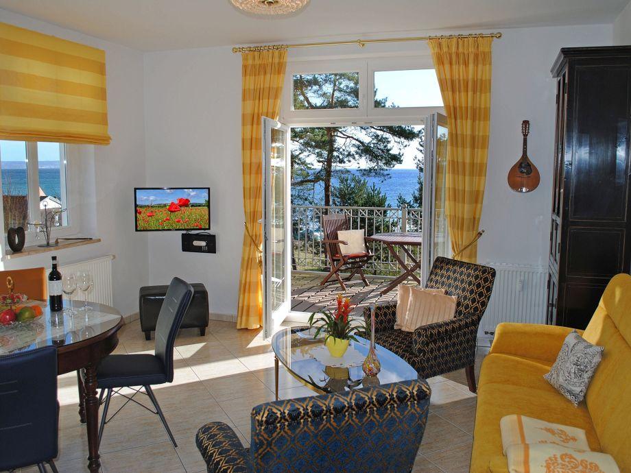 Wohnbereich und Zugang zum Balkon
