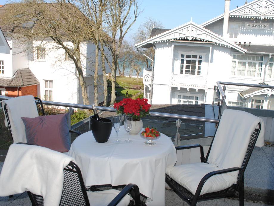 schöner Balkon mit kleinem Seeblick