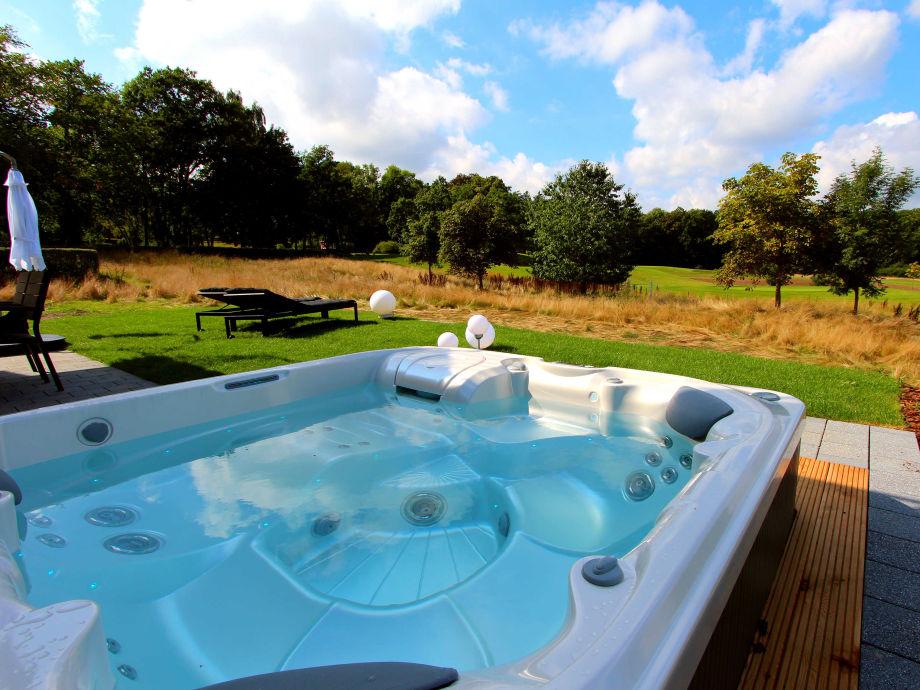 Eigener Außenwhirlpool (ganzjährig 38 °C) mit Golfplatzblick