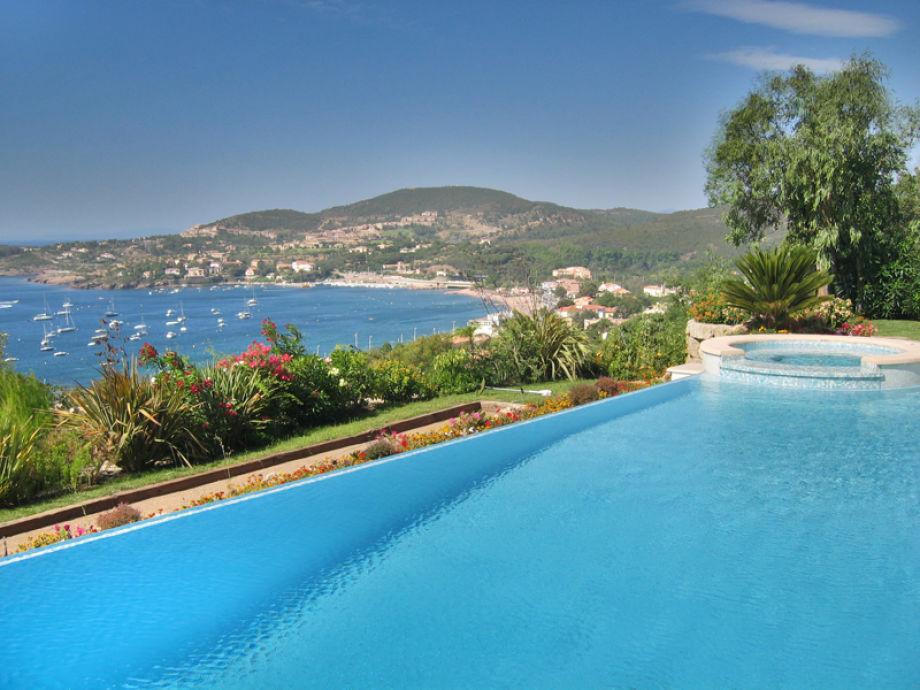 Der Pool mit Blick auf die Bucht von Agay