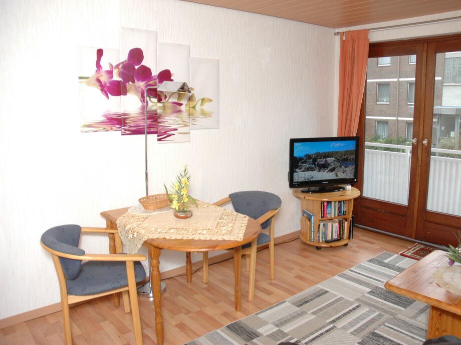 Wohnbereich mit Esstisch und Flachbildschirm-TV