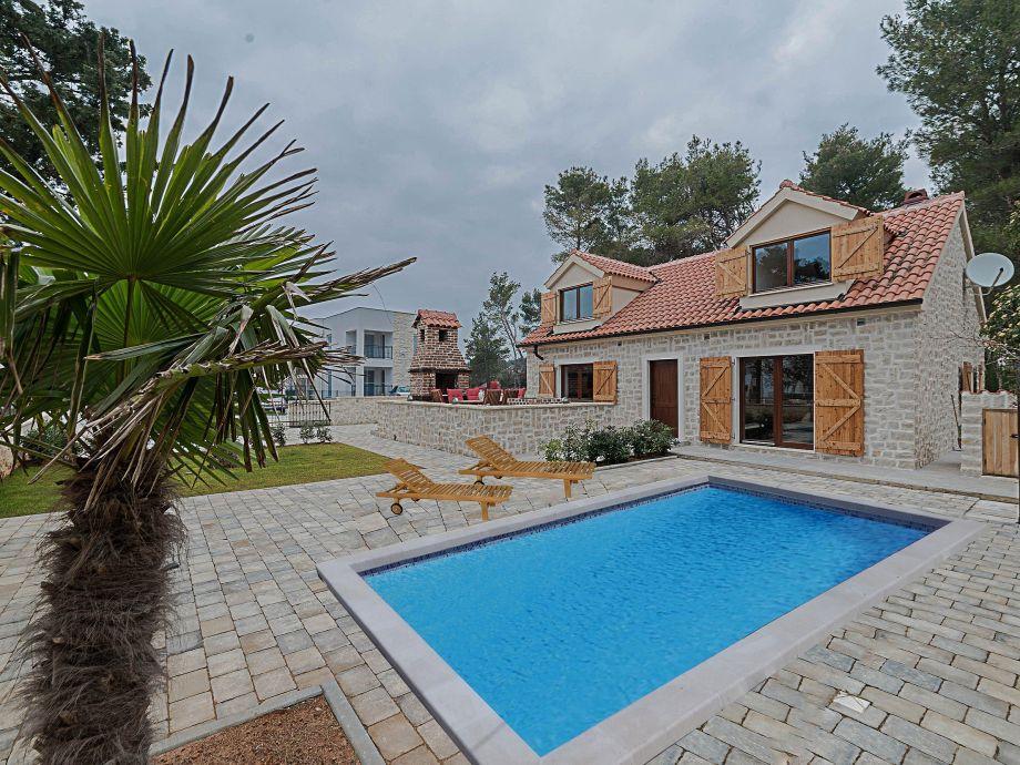 Außenaufnahme Zara - Steinhaus mit Pool 200m vom Strand im Zentrum