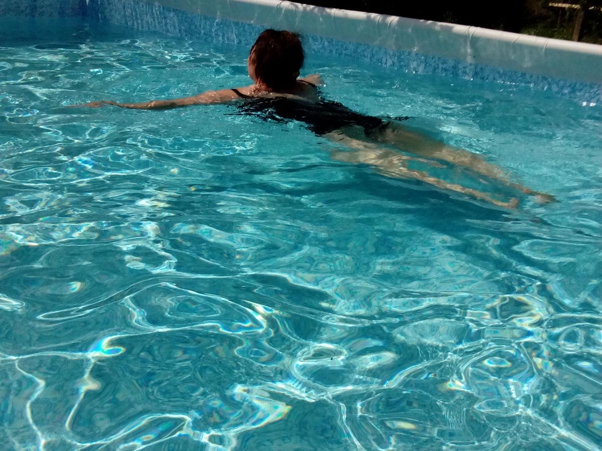 2 huehner im pool auf mallorca 7