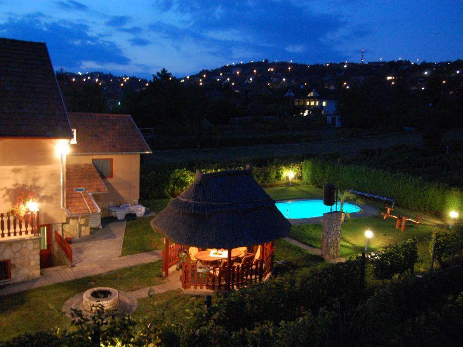 Gemütlicher Hof mit Pool am Abend