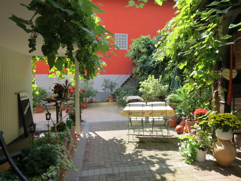 Innenhof mit Weinlaube
