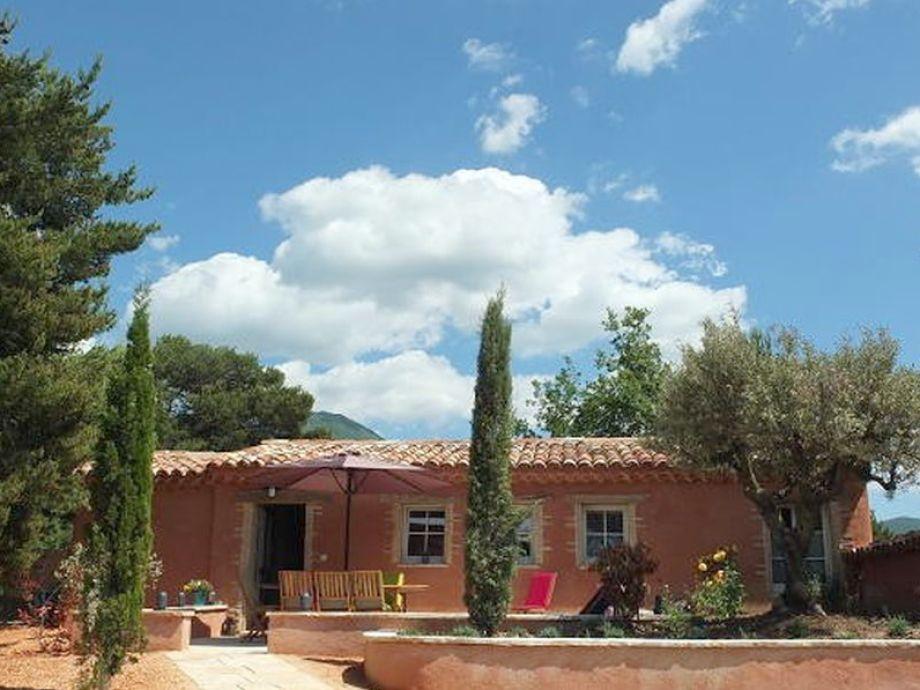 Provenzalisches Ferienhaus in Pinien, Palmen und Olivenbäumen