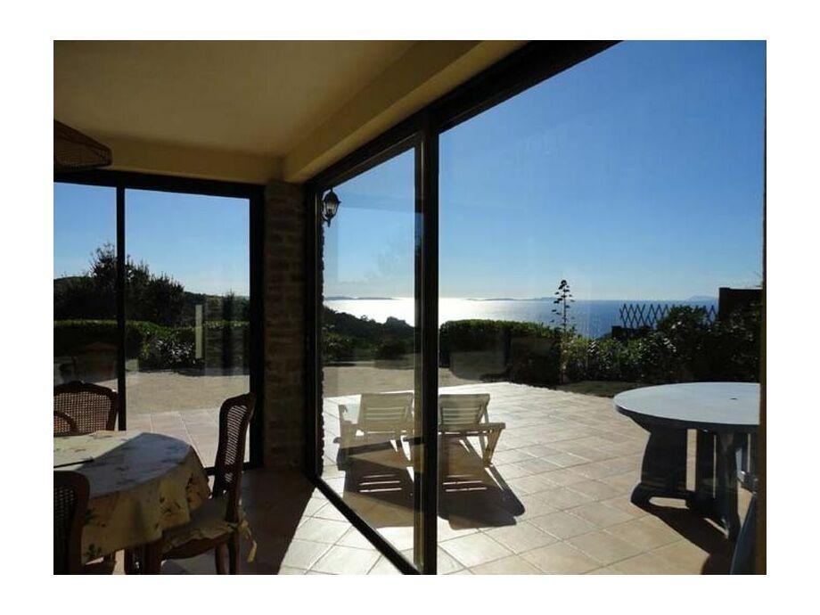 Blick zur Terrasse vom Wohnbereich