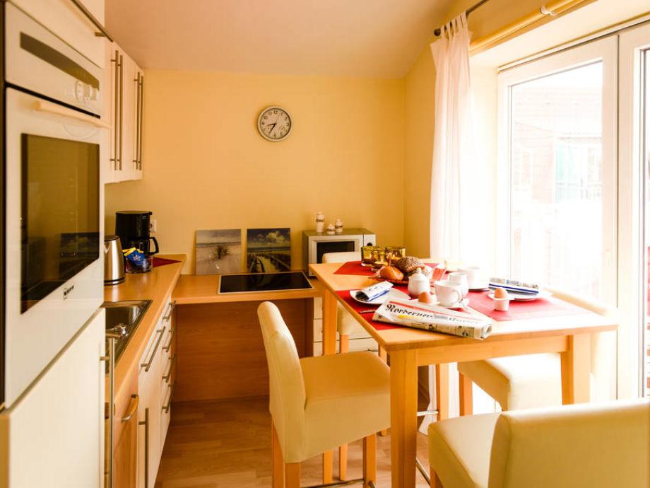 Der Esstisch vor der offenen Küche