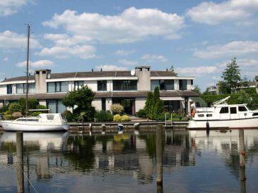 Ferienhaus in Lemmer mit Boot und 11m Steganlage
