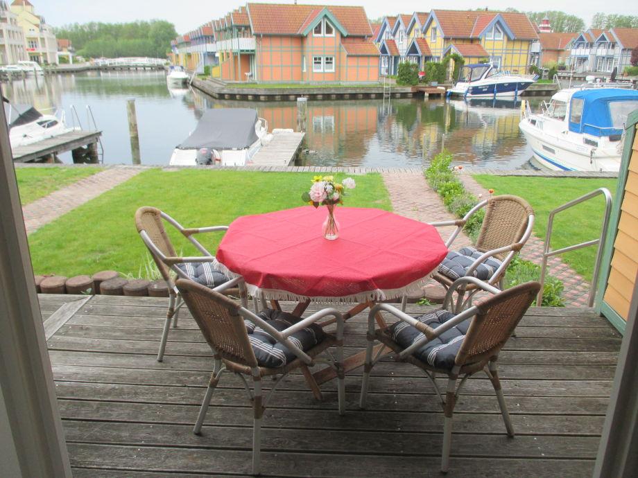 Blick v.der Terrasse zum Bootssteg