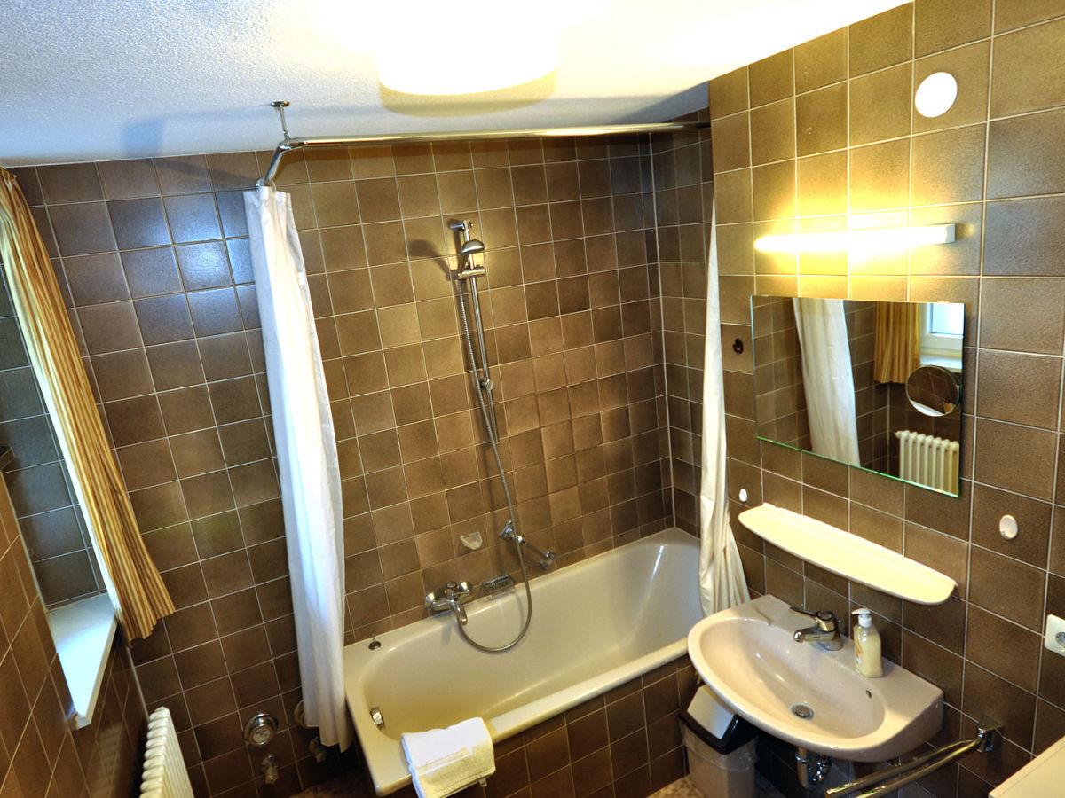 Ferienwohnung carpe diem feldberg hochschwarzwald firma - Badezimmer mit dusche und badewanne ...