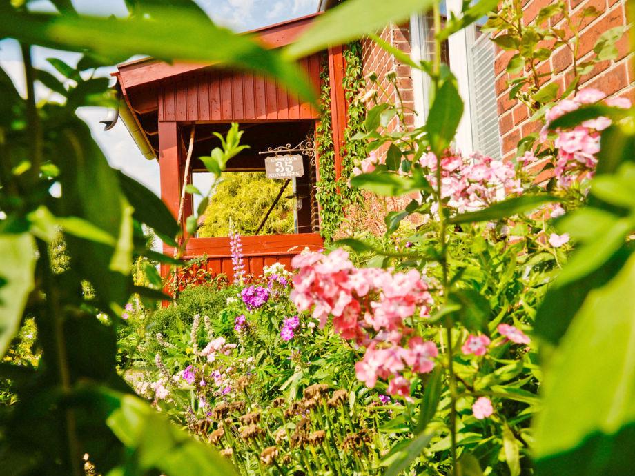 Vorderansicht mit Garten