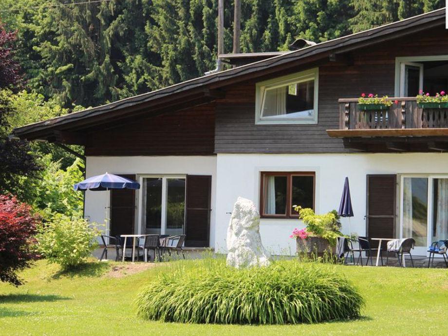 Unser Haus liegt am Waldrand auf einem 3000 m² grossen