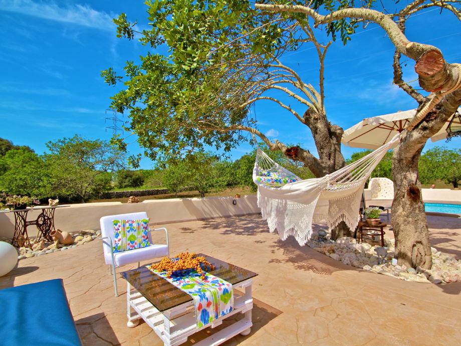 Poolbereich mit Sitzecke und Hängematte