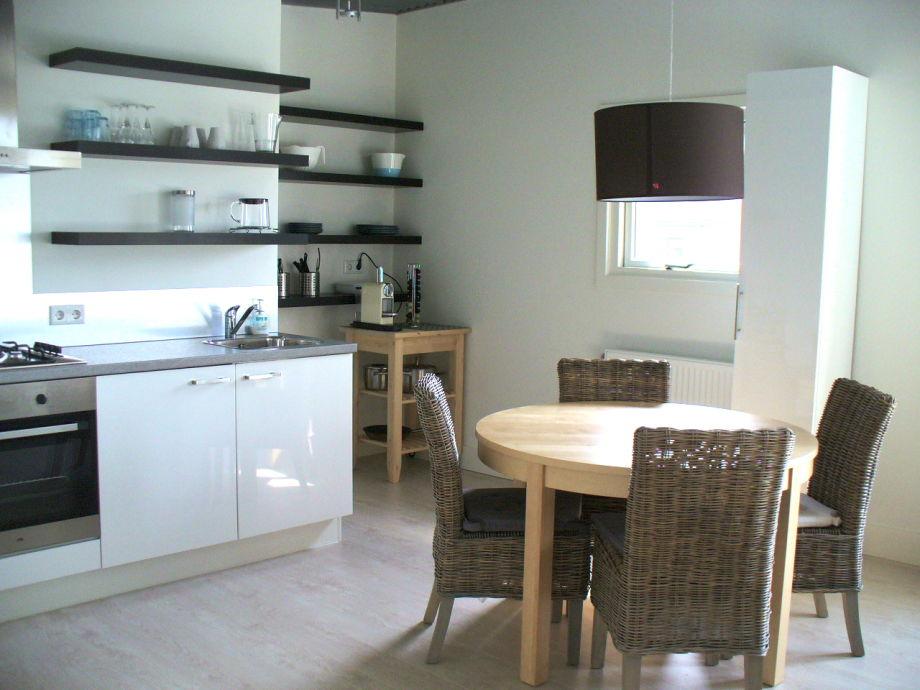 Küchenzeile und Esstisch