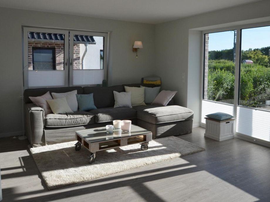 Lichtdurchfluteter Wohnraum mit einem bequemen Sofa