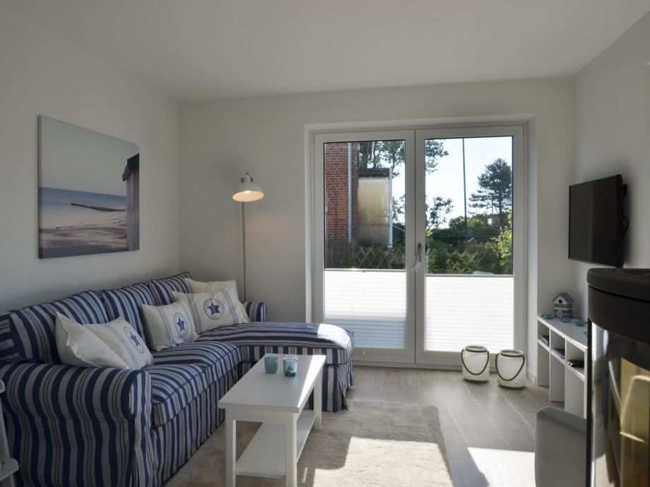 Heller Wohnbereich im maritimen Stil mit Kaminofen