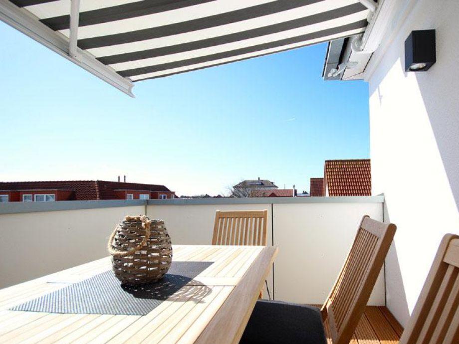 Nehmen Sie Platz auf der sonnigen Terrasse