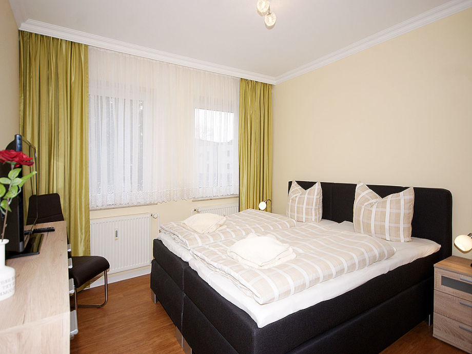 Schlafzimmer mit Doppelbett & Flat-TV