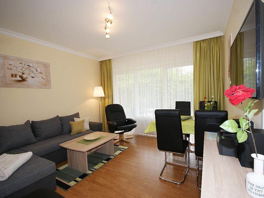 Wohnzimmer mit Flat-TV, Schlafcouch, Essplatz, Terrasse