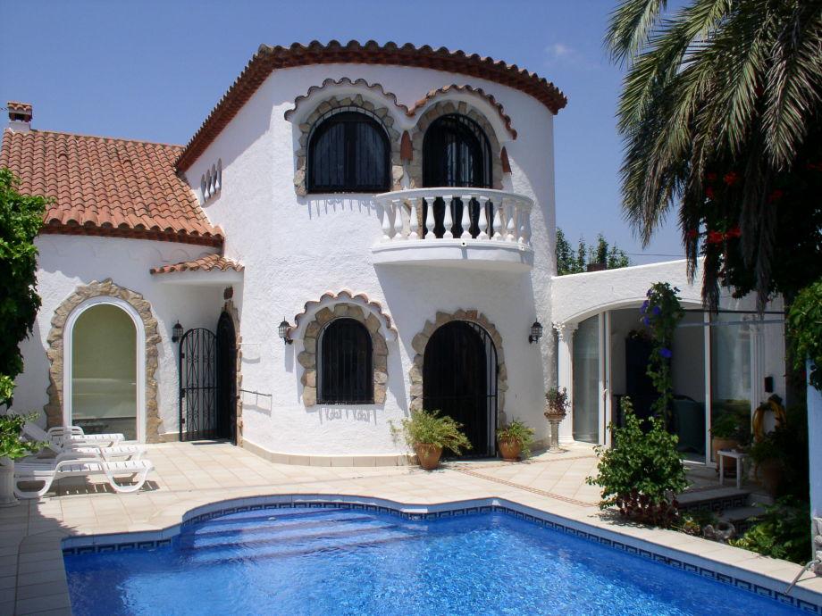 Blick vom Pool auf die Villa