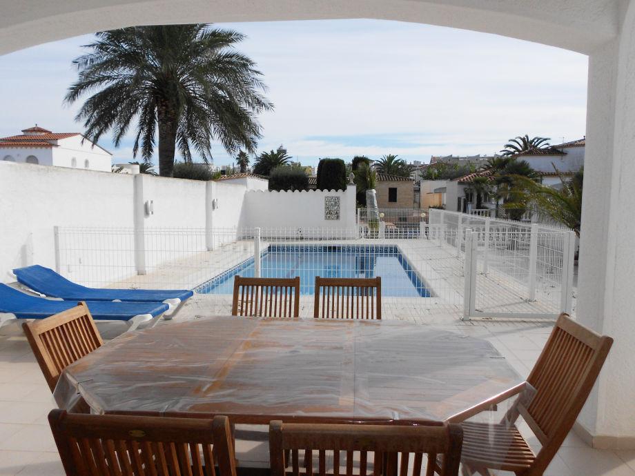 Blick von der überdachten Terrasse auf den Pool