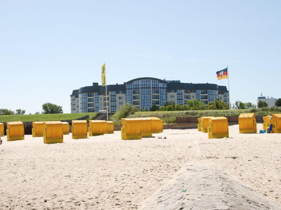 Blick auf die Kurparkresidenz vom Strand aus