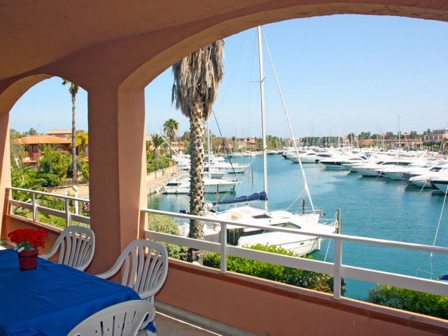 Balkon mit Gartenmöbeln und Blick auf den Hafen