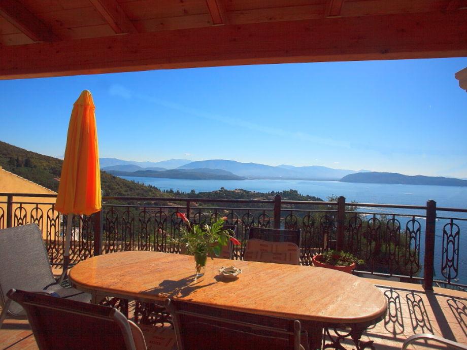 Meerblick von der großen Terrasse mit Gartenmöbeln