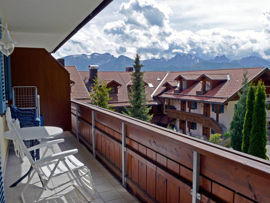 großer Balkon mit Bergblick