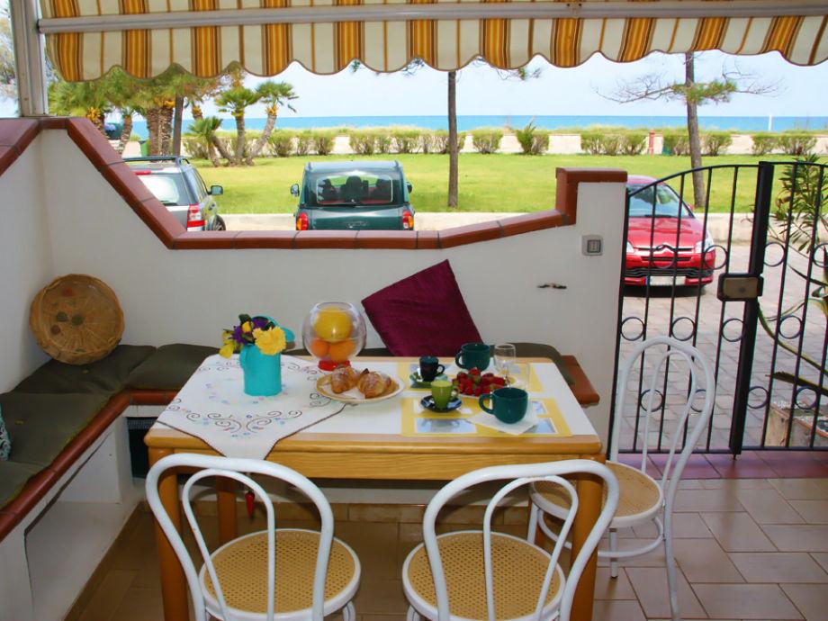 Terrasse mit Esstisch und Meerblick