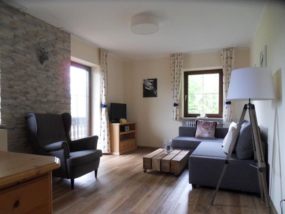 Gemütlicher Wohnbereich mit Couch und Sessel